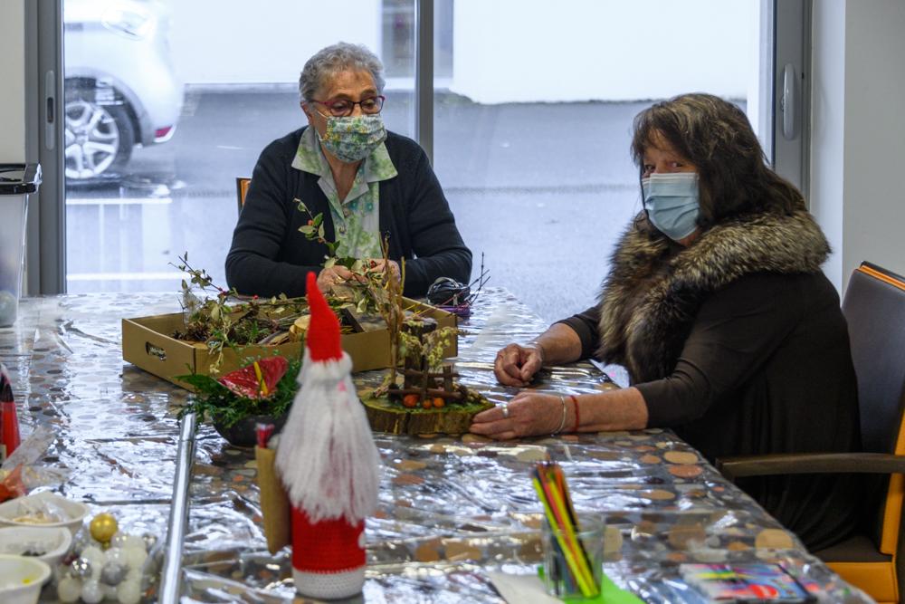 Les résidents des Herbiers décorent leur lieu de vie.©Benoit.Croisy
