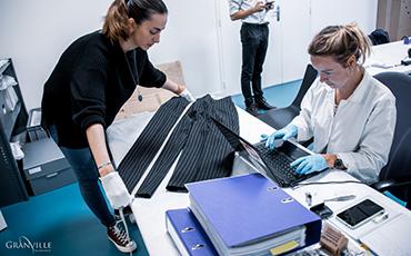 Les élèves de la deuxième année en restauration, spécialité arts du textile, ont mesuré des pièces des collections du MAHG.