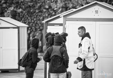 L'équipe de tournage Des racines et des aile - Granville - installation des cabines de bain - ©B.Croisys