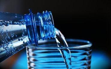 Distribution d'eau potable à l'épicerie sociale