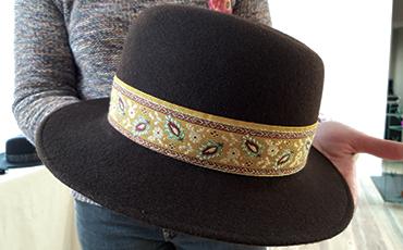 La chapelière-modiste expose de nombreux chapeaux.
