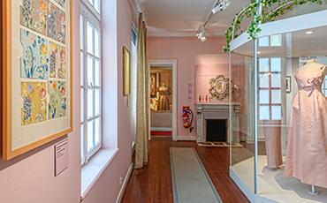 L'exposition Dior en roses est à découvrir du 5 juin au 31 octobre 2021. ©Benoit.Croisy - Coll. Ville de Granville