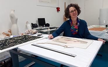 Marie-Flore Levoir est restauratrice de textiles. ©Flora.Gelot - Coll. Ville de Granville