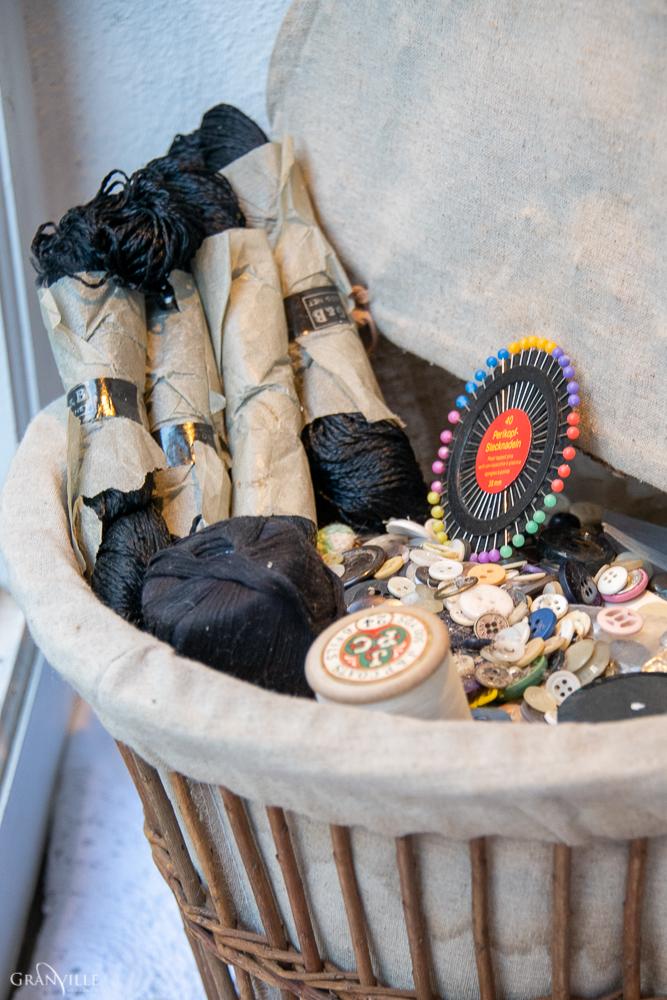 Nadia Druaux fait des retouches et des locations de vêtements et costumes.