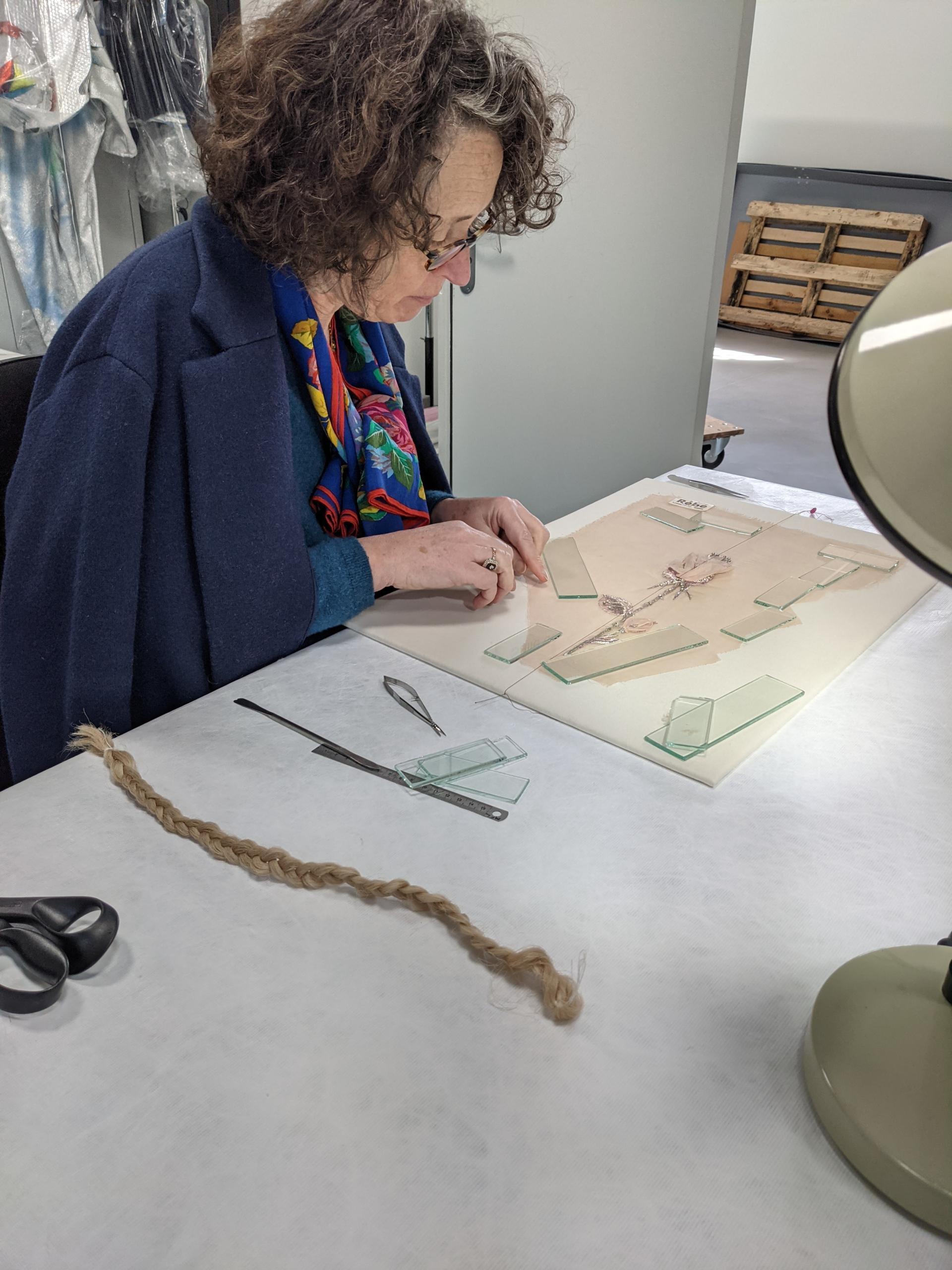 Marie-Flore Levoir est restauratrice de textiles. ©Benoit.Croisy - Coll. Ville de Granville