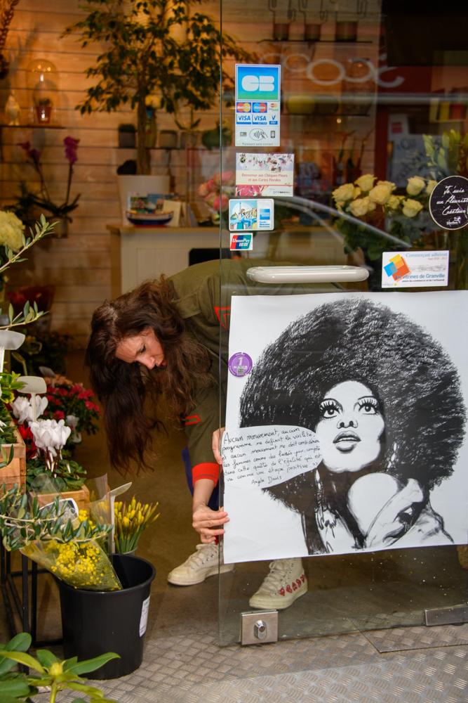 Pose affiche Rose Warda. ©Benoit.Croisy - Coll. Ville de Granville