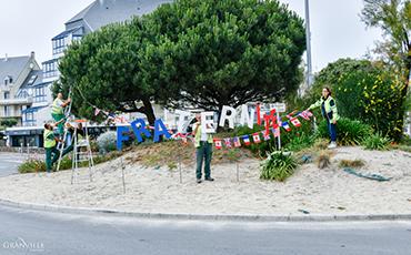 Les services techniques et espaces verts ont décoré quatre ronds-points de Granville©Benoit.Croisy