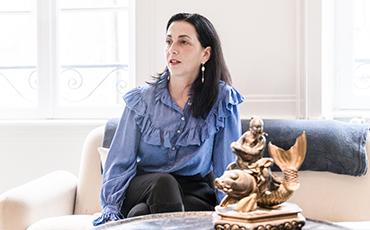 Caroline Pons est l'une des antiquaires de l'émission Affaire conclue animée par Sophie Davant.©Benoit.Croisy