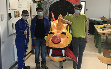 Des jeunes du dispositif inclusif Henri Wallon ont restauré un dragon à l'occasion du 147e carnaval de Granville.