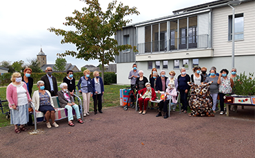 Vingt seniors ont tricoté les abords des Herbiers et de l'Animathèque de Granville.